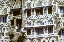 equipaggi le pitture una vecchia facciata con colore bianco a Sanaa immagine stock libera da diritti
