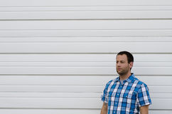 Equipaggi lo sguardo a sinistra da solo contro un fondo bianco Fotografia Stock