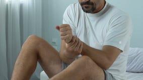 Equipaggi lo smartphone di scorrimento che soffre dal dolore del polso, l'infiammazione unita, dolore stock footage