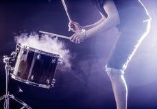 equipaggi lo strumento di percussione musicale dei giochi con i bastoni, un concetto musicale, bella illuminazione sulla fase Fotografie Stock Libere da Diritti