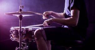 equipaggi lo strumento di percussione musicale dei giochi con i bastoni, un concetto musicale, bella illuminazione sulla fase Immagini Stock