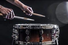 equipaggi lo strumento di percussione musicale dei giochi con i bastoni, un concetto musicale, bella illuminazione sulla fase Fotografia Stock