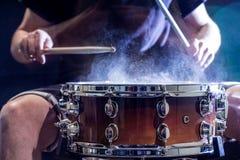 equipaggi lo strumento di percussione musicale dei giochi con i bastoni, un concetto musicale, bella illuminazione sulla fase Immagini Stock Libere da Diritti
