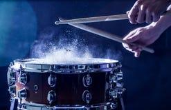 equipaggi lo strumento di percussione musicale dei giochi con i bastoni, un concetto musicale, bella illuminazione sulla fase Fotografia Stock Libera da Diritti