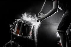 equipaggi lo strumento di percussione musicale dei giochi con i bastoni, un concetto musicale, bella illuminazione sulla fase Immagine Stock