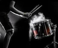 equipaggi lo strumento di percussione musicale dei giochi con i bastoni, un concetto musicale, bella illuminazione sulla fase Immagine Stock Libera da Diritti