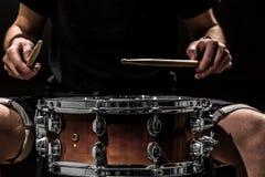 equipaggi lo strumento di percussione musicale dei giochi con i bastoni un concetto musicale con il tamburo funzionante Fotografie Stock Libere da Diritti