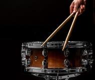 equipaggi lo strumento di percussione musicale dei giochi con i bastoni un concetto musicale con il tamburo funzionante Immagine Stock