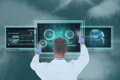 Equipaggi medico che interagisce con le interfacce mediche contro il cielo con le nuvole Immagine Stock Libera da Diritti