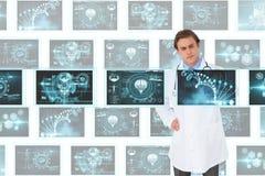 Equipaggi medico che interagisce con le interfacce mediche contro il fondo bianco con le interfacce mediche Fotografia Stock