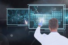 Equipaggi medico che interagisce con le interfacce mediche contro il fondo nero con i chiarori Immagine Stock