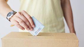 Equipaggi mettere gli euro soldi nella scatola di donazione video d archivio