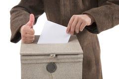 Equipaggi mettere la lettera nella cassetta delle lettere, mostrante i pollici sul gesto immagini stock