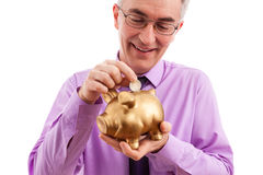 Equipaggi mettere la moneta nel porcellino salvadanaio Fotografia Stock Libera da Diritti
