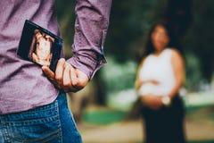Equipaggi nascondere l'immagine di ultrasuono del bambino fotografia stock