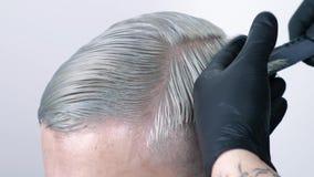 Equipaggi ottenere il taglio di capelli con le forbici di capelli biondi su un fondo bianco video d archivio