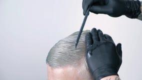 Equipaggi ottenere il taglio di capelli con le forbici di capelli biondi su un fondo bianco stock footage