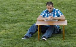 Equipaggi pregare ad una tavola con le mani afferrate Immagini Stock Libere da Diritti