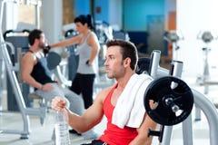 Equipaggi relaxed sulla ginnastica dopo addestramento di sport di forma fisica Fotografia Stock Libera da Diritti