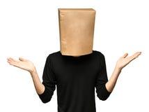 equipaggi riguardare la sua testa facendo uso di un sacco di carta Immagine Stock