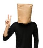 equipaggi riguardare la sua testa facendo uso di un sacco di carta Due Fotografie Stock