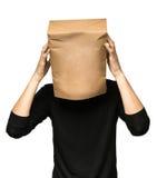 equipaggi riguardare la sua testa facendo uso di un sacco di carta L'oceano trascura Fotografia Stock Libera da Diritti
