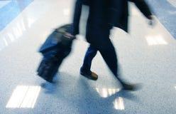 Equipaggi scorrere veloce nel ariport per catturare il suo volo Immagine Stock