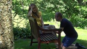 Equipaggi sulle scuse delle ginocchia la sua donna dopo il litigio a casa 4K stock footage