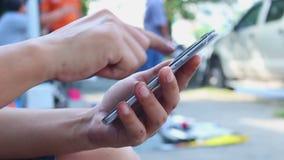 Equipaggi usando uno smartphone