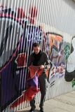 Equipaggi vicino alla parete di graffity Immagini Stock