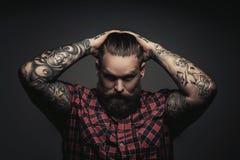 Equipaggia con la barba e i tattoes fotografia stock