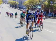 Equipaggia i giri del ciclista dell'atleta sulla bici della strada Fotografia Stock