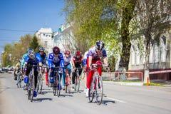 Equipaggia i giri del ciclista dell'atleta sulla bici della strada immagine stock libera da diritti