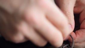 Equipaggia i laccetti del legame della mano sulle sue scarpe marroni stock footage
