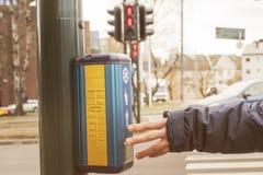 A equipaggia il bottone commovente di tocco dei semafori della mano fotografia stock libera da diritti