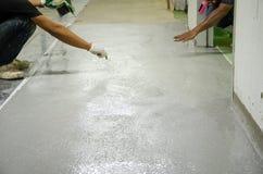 Equipaggia il pavimento a resina epossidica del lavoro Fotografie Stock