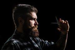 Equipaggia il taglio di capelli nel negozio di barbiere Profilo dell'uomo alla moda della barba, forbici Forbici del barbiere, ne immagine stock