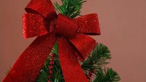Equipaggia la mano che decora l'albero di Natale video d archivio