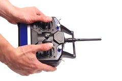 Equipaggia le mani che tengono il telecomando con le leve di comando isolate sull'immagine di sfondo bianca immagine stock libera da diritti