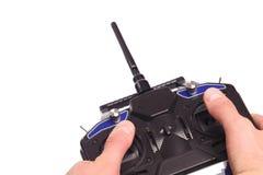 Equipaggia le mani che tengono il telecomando con le leve di comando isolate sull'immagine di sfondo bianca immagini stock libere da diritti