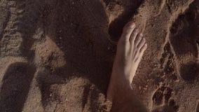 Equipaggia le passeggiate del piede al rallentatore sulla riva della spiaggia stock footage