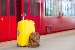 Equipaje amarillo con los pasaportes y la mochila marrón Imágenes de archivo libres de regalías