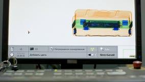 Equipaje bajo radiografía control del equipaje en el aeropuerto control del equipaje en el aeropuerto Escáner y metal de la radio fotografía de archivo libre de regalías