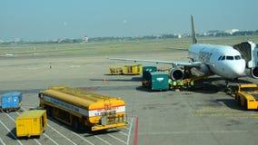 Equipaje cargado de la gente vietnamita al sitio de tienda del avión almacen de video