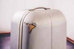 Equipaje dañado en el aeropuerto Foto de archivo libre de regalías