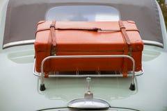 Equipaje de la cara posterior en el coche clásico Foto de archivo