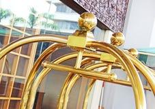 Equipaje de la carretilla en el hotel Imagenes de archivo
