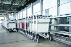 Equipaje de las carretillas en un crudo en aeropuerto Foto de archivo libre de regalías