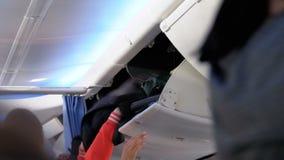 Equipaje de mano Embarque al aeroplano con equipaje dentro de la cabina almacen de video