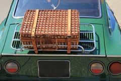 Equipaje de mimbre en un coche clásico Fotos de archivo